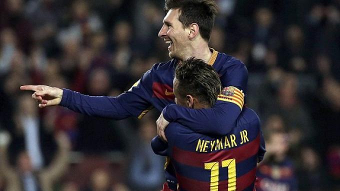 Neymar menggendong Lionel Messi yang baru saja mencetak gol