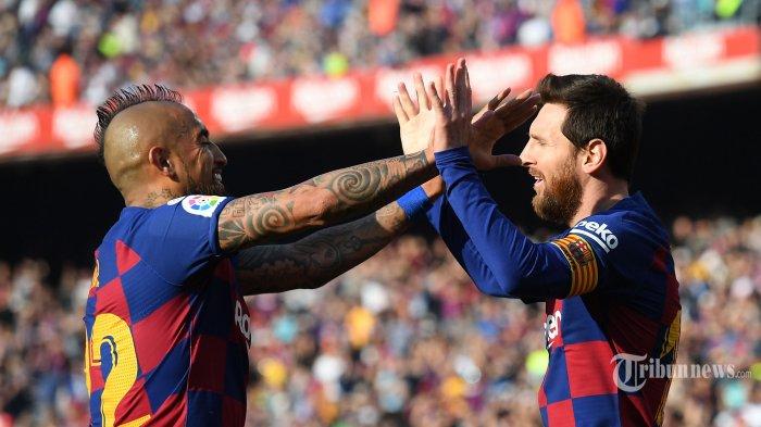 Pemain depan FC Barcelona asal Argentina, Lionel Messi (kanan) melakukan selebrasi bersama rekannya asal Chili, Arturo Vidal usai mencetak gol ke gawang Eibar dalam laga lanjutan Liga Spanyol di Stadion Camp Nou, Barcelona, Spanyol, Sabtu (22/2/2020) malam WIB. FC Barcelona berhasil mengalahkan Eibar dengan skor 5-0, empat gol di antaranya dilesakkan Lionel Messi. AFP/Josep Lago