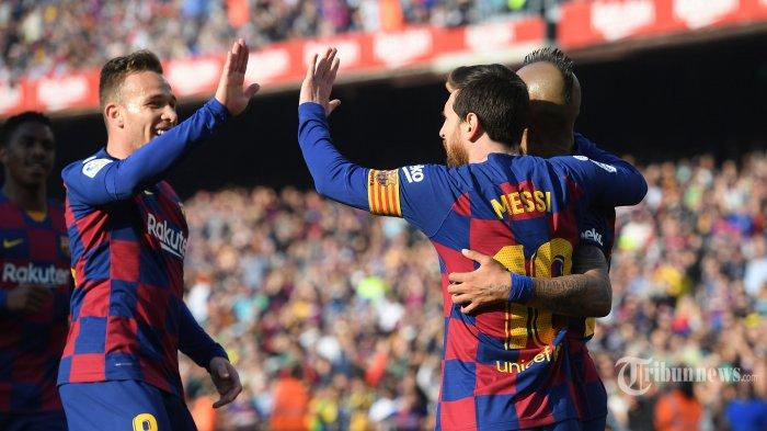Pemain depan FC Barcelona asal Argentina, Lionel Messi (tengah) melakukan selebrasi bersama rekannya asal Chili, Arturo Vidal (kanan) dan rekannya asal Brasil, Arthur usai mencetak gol ke gawang Eibar dalam laga lanjutan Liga Spanyol di Stadion Camp Nou, Barcelona, Spanyol, Sabtu (22/2/2020) malam WIB. FC Barcelona berhasil mengalahkan Eibar dengan skor 5-0, empat gol di antaranya dilesakkan Lionel Messi. AFP/Josep Lago