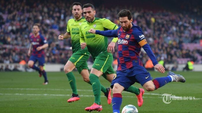 Pemain depan FC Barcelona asal Argentina, Lionel Messi (kanan) menendang bola saat melawan Eibar dalam laga lanjutan Liga Spanyol di Stadion Camp Nou, Barcelona, Spanyol, Sabtu (22/2/2020) malam WIB. FC Barcelona berhasil mengalahkan Eibar dengan skor 5-0, empat gol di antaranya dilesakkan Lionel Messi. AFP/Josep Lago