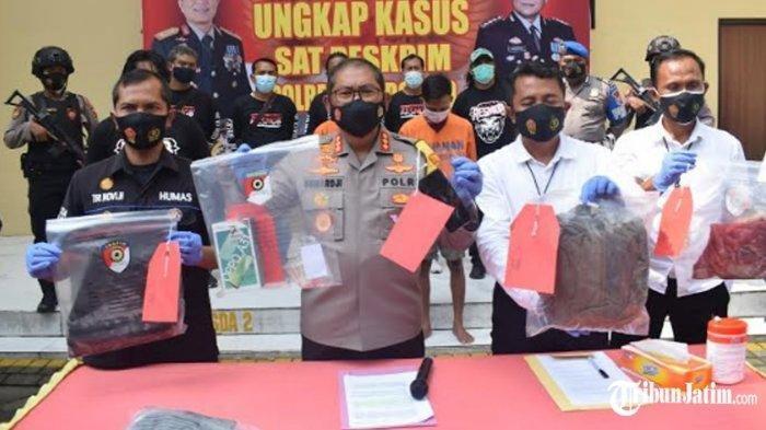 Polisi menunjukkan tersangka dan beberapa barang bukti pembunuhan terhadap siswa SMP di Sidoarjo.
