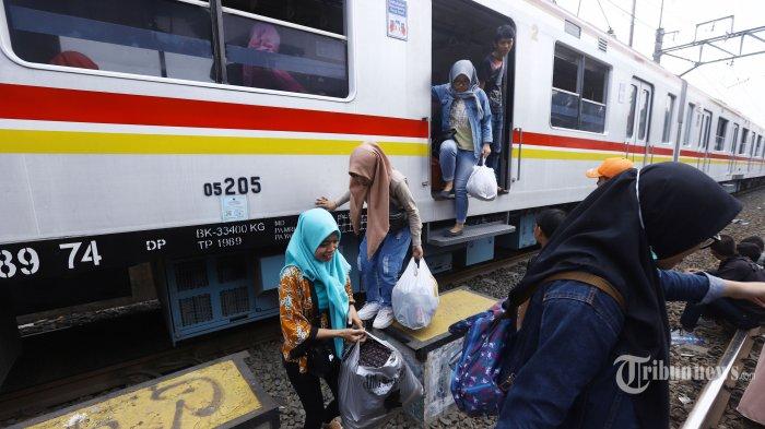 Penumpang terpaksa turun dari kereta rel listrik (KRL) yang berhenti di perlintasan Bukit Duri Jakarta Selatan, akibat padamnya listrik, Minggu (4/8/2019). Aliran listrik di Banten, Jabodetabek hingga Bandung terputus akibat adanya gangguan pada sejumlah pembangkit di Jawa. TRIBUNNEWS/HERUDIN
