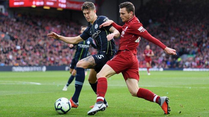 Bek kiri Liverpool, Andrew Robertson (kanan) berebut bola dengan bek tengah Manchester City, John Stones dalam laga pekan ke-8 Liga Inggris musim 2018-2019 di Stadion Anfield, Liverpool, Inggris, Minggu (7/10/2018) malam WIB.