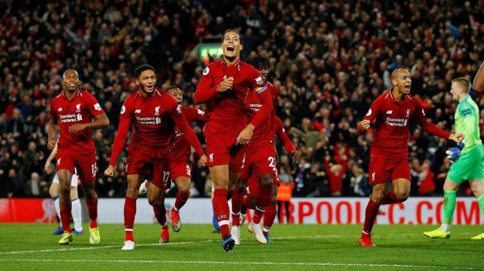 Pemain belakang Liverpool, Virgil van Dijk (tengah) bersama rekan-rekannya merayakan gol yang dicetak Divock Origi (belakang van Dijk) ke gawang Everton di menit 90+5 dalam laga pekan ke-14 Liga Inggris di Stadion Anfield, Senin (3/12/2018) dini hari WIB.