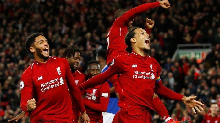 Pemain belakang Liverpool, Virgil van Dijk (kanan) bersama rekan-rekannya merayakan gol yang dicetak Divock Origi (kiri belakang) ke gawang Everton di menit 90+5 dalam laga pekan ke-14 Liga Inggris di Stadion Anfield, Senin (3/12/2018) dini hari WIB.