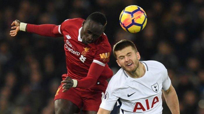 Pemain Liverpool FC, Sadio Mane (kiri) berebut bola udara dengan gelandang Tottenham Hotspur, Eric Dier dalam laga Liga Inggris di Stadion Anfield, Liverpool, pada 4 Februari 2018.