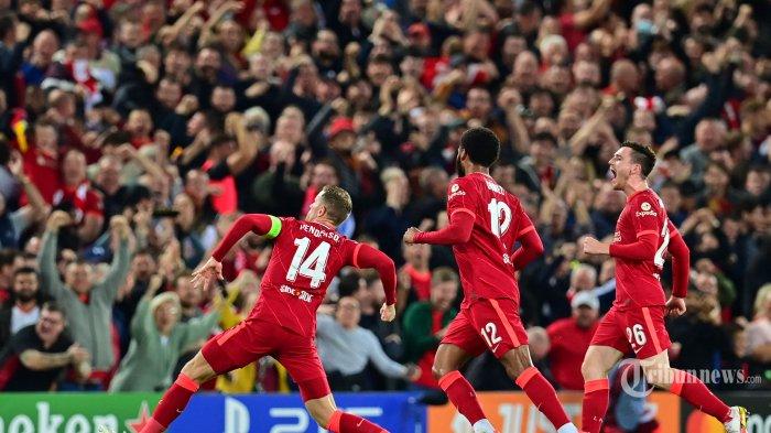 Gelandang Liverpool asal Inggris Jordan Henderson (kiri) merayakan dengan rekan satu timnya setelah mencetak gol ketiga timnya selama pertandingan sepak bola Grup B putaran pertama Liga Champions antara Liverpool dan AC Milan di Anfield di Liverpool, Inggris barat laut pada 15 September 2021. AFP/Paul ELLIS