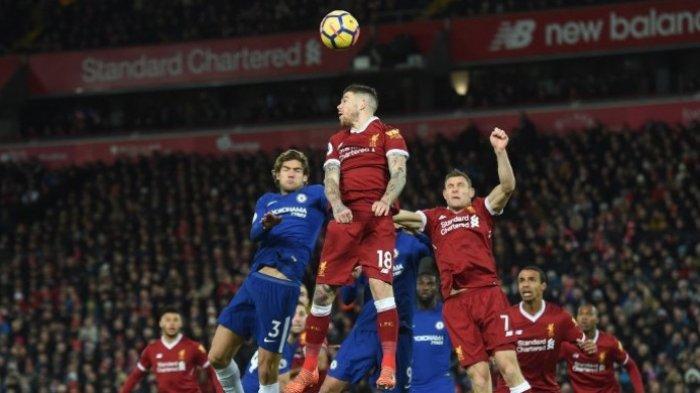 Para pemain Liverpool dan Chelsea berebut bola dalam duel kedua tim dalam laga lanjutan Liga Inggris di Stadion Anfield, Minggu (26/11/2017) dini hari WIB. PAUL ELLIS/AFP/BOLASPORT.COM