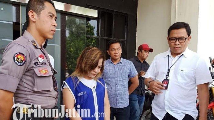 LN (28) kurir sabu asal Batam Kota saat di Polrestabes Surabaya, Senin (10/2/20120)