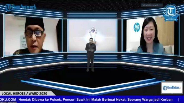 News Director Tribun Network Febby Mahendra (kiri) dan Michele Huang - Print Category Director, HP South East Asia (SEA) & Indonesia, saat acara penyerahan penghargaan  kepada 21 Local Heroes yang dipilih Tribun Network dan Tribun Institute, Kamis (17/12/2020)