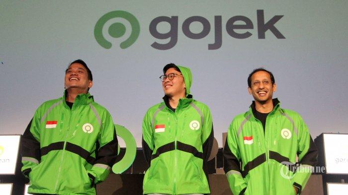 Founder and CEO Global GOJEK Nadiem Makarim (kanan) berbincang dengan Co-Founder Gojek Kevin Aluwi (tengah) dan Presiden Grup Gojek Andre Sulistyo (kiri) saat peluncuran logo baru Gojek di Jakarta, Senin (22/7/2019). Perusahaan penyedia aplikasi Gojek meluncurkan logo baru untuk menandai hari jadinya ke-9 tahun, Gojek memperkenalkan logo baru yang dianggap lebih representatif untuk menggambarkan evolusi bisnis perusahaan yang telah menjadi platform on demand yang memiliki total 22 layanan. TRIBUNNEWS/IRWAN RISMAWAN