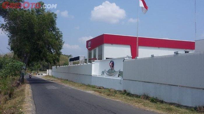 Logo di pabrik mobil nasional Esemka masih ditutup kain