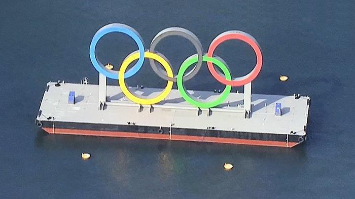 Logo Olimpiade diapungkan di atas air di daerah Odaiba Tokyo.
