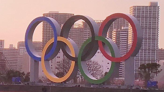Logo Olimpiade Tokyo di sore hari.