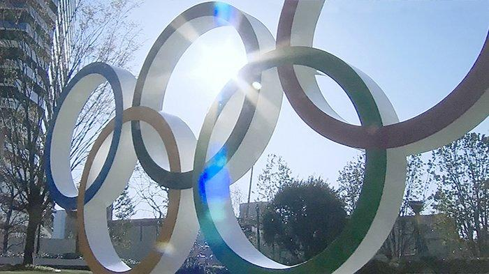 Logo Olimpiade dipasang di tengah Kota Tokyo.