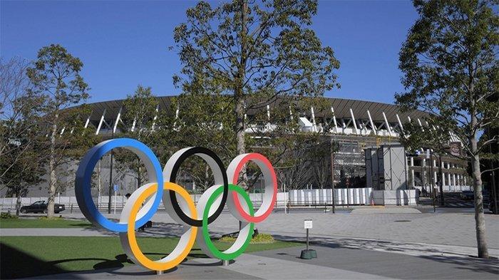Logo Olimpiade Tokyo di taman stadiun olahraga nasional Jepang di Tokyo karya Kengo Kuma.
