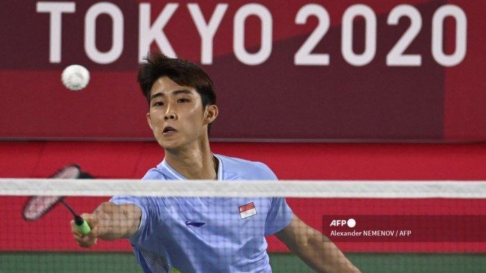 Loh Kean Yew dari Singapura melakukan pukulan ke Jonatan Christie dari Indonesia dalam pertandingan penyisihan grup bulu tangkis tunggal putra selama Olimpiade Tokyo 2020 di Musashino Forest Sports Plaza di Tokyo pada 28 Juli 2021.