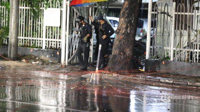 Lokasi dan kendaraan roda dua yang digunakan pelaku bom bunuh diri di depan pagar Gereja Katedral, Jalan Kajaolalido, Kecamatan Ujung Pandang, Kota Makassar, Sulawesi Selatan, Minggu (28/3/2021) malam. Pascaledakan, Kapolri Jenderal Polisi Listyo Sigit Prabowo dan Panglima TNI Marsekal TNI Hadi Tjahjanto meninjau lokasi ledakan bom bunuh diri. Adapun terduga pelaku bom bunuh diri ini pernah melaksanakan operasi di Jolo, Philipina, yang merupakan bagian dari kelompok Jemaah Ansarut Daulah (JAD) yang diamankan beberapa waktu lalu. Hingga saat ini aparat terus melakukan pengembangan.