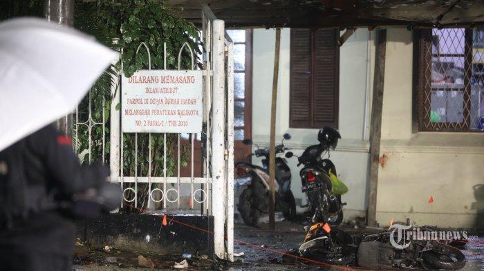 Lokasi dan kendaraan roda dua yang digunakan pelaku bom bunuh diri di depan pagar Gereja Katedral, Jalan Kajaolalido, Kecamatan Ujung Pandang, Kota Makassar, Sulawesi Selatan, Minggu (28/3/2021) malam.