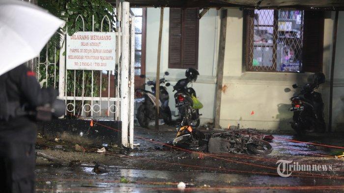 Lokasi dan kendaraan roda dua yang digunakan pelaku bom bunuh diri di depan pagar Gereja Katedral, Jalan Kajaolalido, Kecamatan Ujung Pandang, Kota Makassar, Sulawesi Selatan, Minggu (28/3/2021) malam. Pascaledakan, Kapolri Jenderal Polisi Listyo Sigit Prabowo dan Panglima TNI Marsekal TNI Hadi Tjahjanto meninjau lokasi ledakan bom bunuh diri. Adapun terduga pelaku bom bunuh diri ini pernah melaksanakan operasi di Jolo, Philipina, yang merupakan bagian dari kelompok Jemaah Ansarut Daulah (JAD) yang diamankan beberapa waktu lalu. Hingga saat ini aparat terus melakukan pengembangan. Tribun Timur/Sanovra Jr