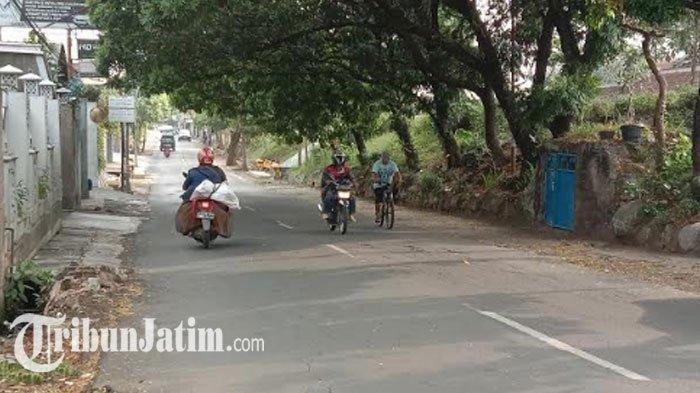 Diduga Tak Terima Ditegur di Warung Kopi, Pria Ini Nekat Sabetkan Celurit dari Atas Motor