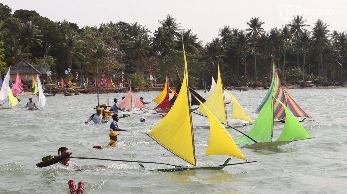 LOMBA PERAHU JONG - Peserta mempersiapkan perahu jong miliknya yang akan dipersiapkan untuk lomba di Pantai Kampung Melayu, Batam, Sabtu (8/3).
