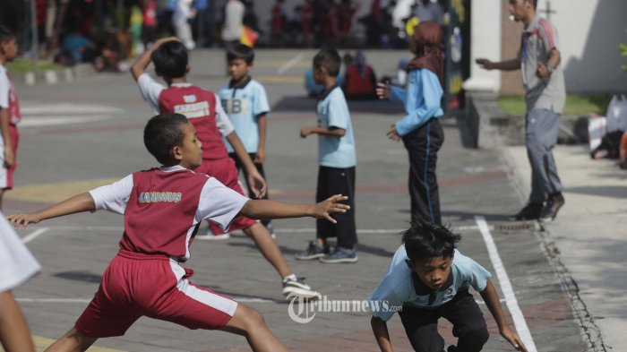 GELAR WISATA MUSEUM SONOBUDOYO 2018. Sejumlah siswa sekolah dasar mengikuti perlombaan permainan tradisional gobak sodor di halaman museum Sonobudoyo, kota Yogyakarta, Rabu (18/4/2018). Perlombaan yang merupakan bagian dari acar Gelar Wisata Museum Sonobudoyo 2018 tersbeut diikuti 30 sekolah dasar dari berbagai sekolah di DI Yogyakarta. Selain perlombaan gobak sodor juga diadakan lomba jelajah museum untuk tingkat SMP dan SMA. TRIBUN JOGJA/HASAN SAKRI