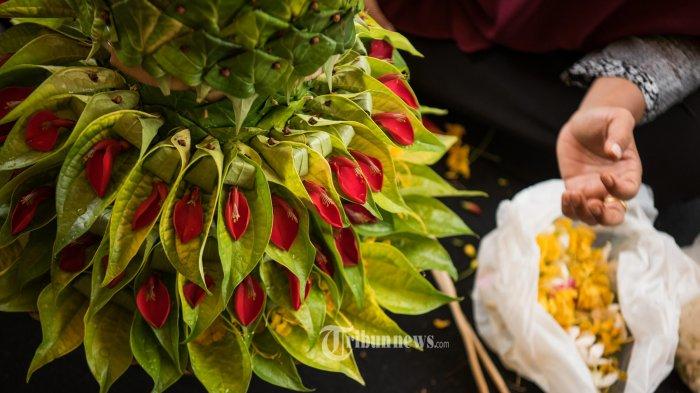 Peserta mengikuti lomba susoh ranup (merangkai daun sirih) pada Pekan Kebudayaan Aceh (PKA) Ke-7 di Museum Aceh, Banda Aceh, Kamis (9/8/2018). Daun sirih merupakan makanan tradisional khas Aceh yang biasanya digunakan untuk menyambut tamu kehormatan (peumeulia jamee) dalam acara-acara adat. SERAMBI/M ANSHAR