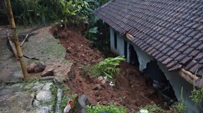 Rumah Warga di Sukabumi Jebol Dihantam Longsor, Penghuninya Mengungsi ke Rumah Saudara