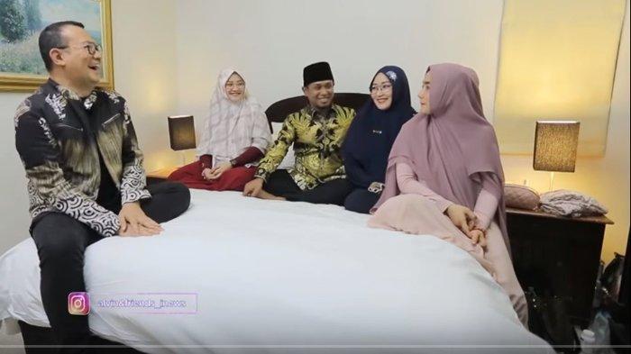 Alvin Adam saat mewawancarai Lora Fadil Bersama Ketiga Istrinya. Lora Fadil Blak-blakan soal Posisi ke 3 Istrinya dan Dirinya saat Tidur dalam Satu Ranjang.