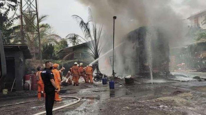 Petugas Suku Dinas Pemadam Kebakaran Jakarta Selatan berusaha memadamkan api yang melalap bus double decker milik PO Lorena di Pool Lebak Bulus, Jakarta Selatan, Sabtu(24/10/2020).