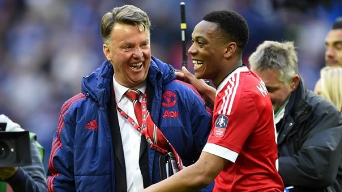 Louis van Gaal (kiri) dan Anthony Martial (kanan).