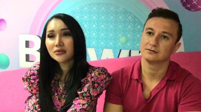 Lucinta Luna yang ditemui bersama pacarnya Idris,pria bule bernama Idris, yang berasal dari Turki di kawasan Mampang Prapatan, Jakarta Selatan, Jumat (18/6/2021).