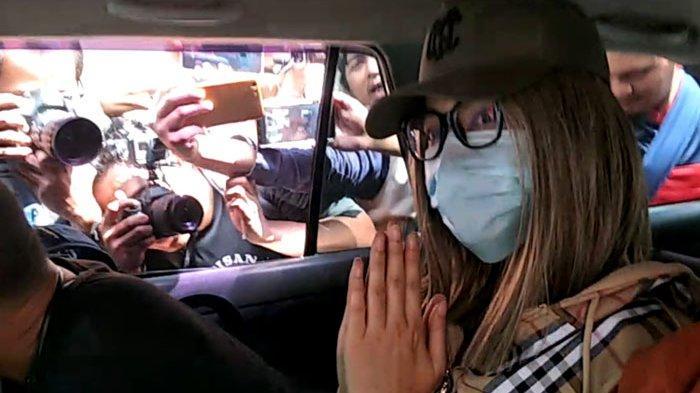 Lucinta Luna kenakan topi saat hendak dibawa ke BNN Lido untuk tes darah dan rambut.