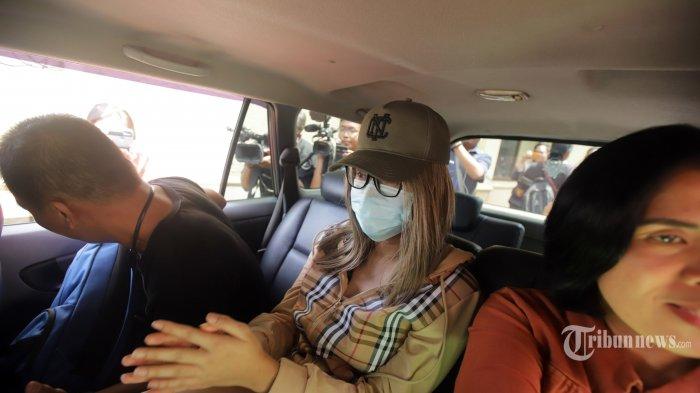 Polisi menghadirkan artis Lucinta Luna pada rilis kasus narkoba di Polres Metro Jakarta Barat, Rabu (12/2/2020). Lucinta Luna ditetapkan sebagai tersangka kasus kepemilikan narkoba dengan barang bukti dua butir pil ekstasi, tujuh butir pil riklona dan lima butir pil tramadol setelah ditangkap di sebuah apartemen di kawasan Tanah Abang, Jakarta Pusat. TRIBUNNEWS/HERUDIN