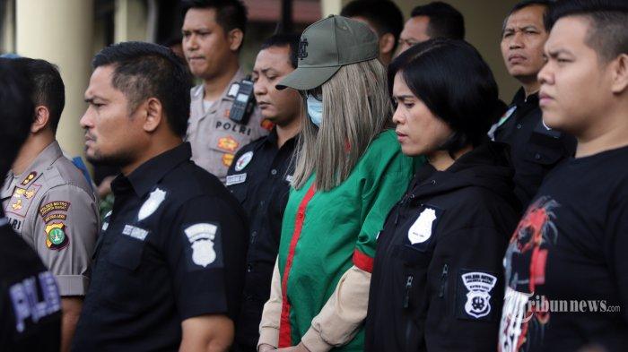 Polisi menghadirkan artis Lucinta Luna pada rilis kasus narkoba di Polres Metro Jakarta Barat, Rabu (12/2/2020). Lucinta Luna ditetapkan sebagai tersangka kasus kepemilikan narkoba dengan barang bukti dua butir pil ekstasi, tujuh butir pil riklona dan lima butir pil tramadol setelah ditangkap di sebuah apartemen di kawasan Tanah Abang, Jakarta Pusat.