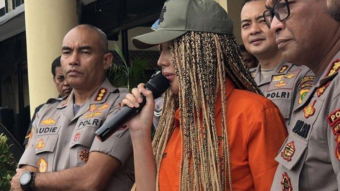 Lucinta Luna saat dalam jumpa pers di Polres Jakarta Barat, Kamis (13/2/2020).