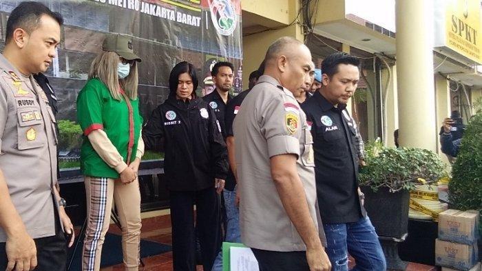 Lucinta Luna dihadirkan polisi dalam jumpa pers kasus penangkapannya terkait temuan narkotika berupa pil ekstasi dan obat penenang lainnya di Mapolres Metro Jakarta Barat, Jalan S Parman, Slipi, Jakarta Barat, Rabu (12/2/2020) pagi.