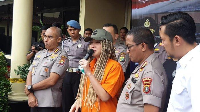 Lucinta Luna Sembari menangia di Polres Metro Jakarta Barat, Kamis (13/2/2020).