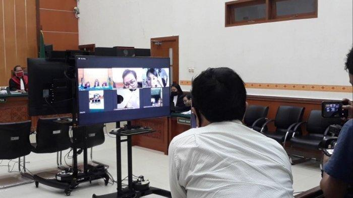 Abash saat memantau monitor yang menampilkan wajah Lucinta Luna di persidangan PN Jakarta Barat, Rabu (29/7/2020).
