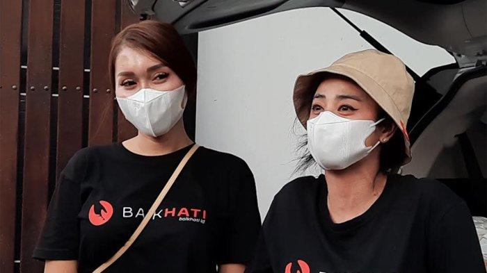 Dewi Perssik dan Lucinta Luna saat akan membagikan daging kurban di kawasan Lebak Bulus Jakarta Selatan, Selasa (20/7/2021).
