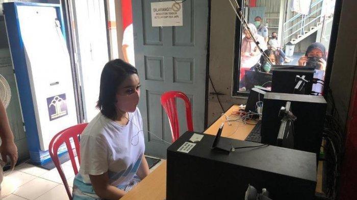 Lucinta Luna saat melakukan teleconference dengan Kejaksaan Negeri Jakarta Barat, Kamis (30/4/2020). Berkas acara pemeriksaan kasus narkoba Lucinta Luna telah dinyatakan lengkap oleh kejaksaan dan siap disidangkan di Pengadilan Negeri Jakarta Barat.