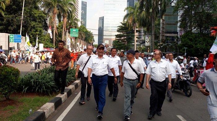 Jalan Kaki ke GBK, Luhut Binsar Panjaitan Sapa dan Minta Masyarakat Dukung Jokowi - Maruf Amin