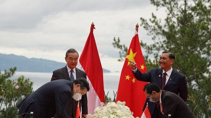 Perrtemuan Menko Bidang Kemaritiman dan Investasi Luhut Binsar Pandjaitan dan Menteri Luar Negeri Republik Rakyat Tiongkok (RRT) Wang Yi di Simalungun, Sumatera Utara, Kamis (14/1/2021).