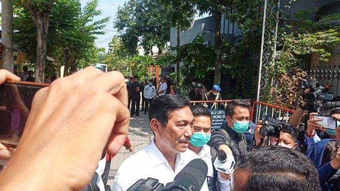 Luhut Binsar Panjaitan usai melayat dari rumah duka ibunda Jokowi Sudjiatmi Notomihardjo di Jalan Pleret Raya, Kelurahan Sumber, Kecamatan Banjarsari, Kota Solo, Jateng, Kamis (26/3/2020).