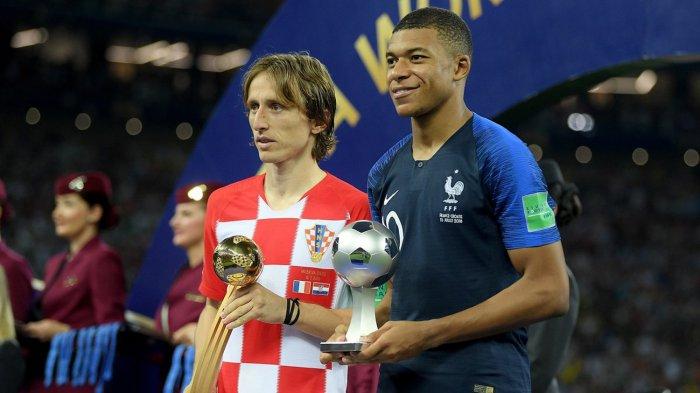 Kapten Timnas Kroasia, Luka Modric (kiri) menerima trofi Adidas Golden Ball Award sebagai pemain terbaik dan pemain Timnas Prancis, Kylian Mbappe menerima trofi FIFA Young Player Award sebagai pemain muda terbaik pada Piala Dunia 2018, di Stadion Luzhniki, Moskow, Rusia, Minggu (15/7/2018) malam WIB.