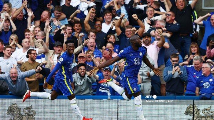 Striker Chelsea Belgia Romelu Lukaku (kanan) merayakan mencetak gol pertama timnya selama pertandingan sepak bola Liga Premier Inggris antara Chelsea dan Aston Villa di Stamford Bridge di London pada 11 September 2021.