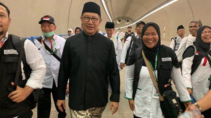 Amirul Hajj Lukman Hakim Saifuddin berjalan melewati terowongan Mina, Minggu (11/8/2019).