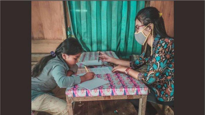Lulu Kartika (26), seorang guru SD di Kabupaten Sragen Jawa Tengah terpaksa mendatangi satu per satu rumah seluruh muridnya untuk memberikan penjelasan materi pelajaran.