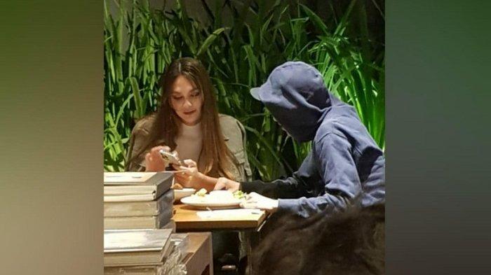 Luna Maya berduaan makan bareng bareng seorang pria.